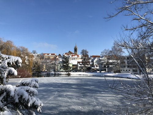 Blick über den gefrorenen Stadtsee auf Pfullendorf