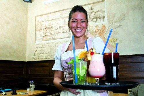 Lehners Wirtshaus servieren von Cocktails