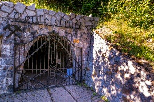 Eingang zum Bergwerk, verschlossen durch ein eisernes Tor