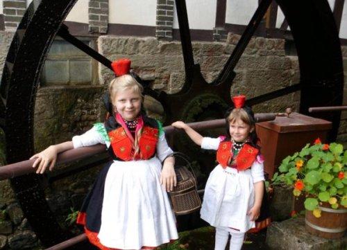 Rotkäppchen am Mühlrad der Steinmühle