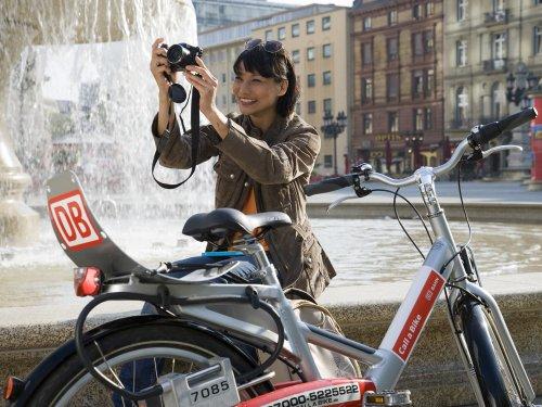 Frau mit einem Call a Bike Rad