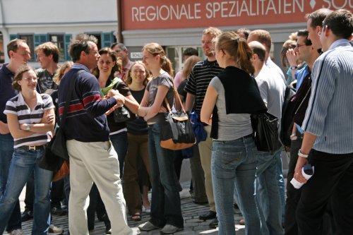 Gästegruppe bei einer Stadtführung auf dem Tübinger Marktplatz