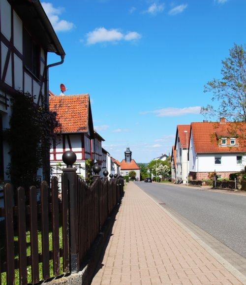 Blick auf die Hauptstraße der Hugenottensiedlung Frankenhain