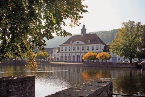 Rathaus und Hafenbecken in Bad Karlshafen