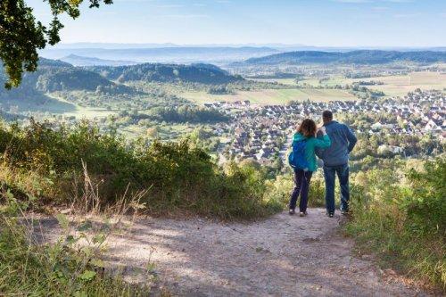 Ein Mann und eine Frau von hinten, Blick in ein weites Tal.