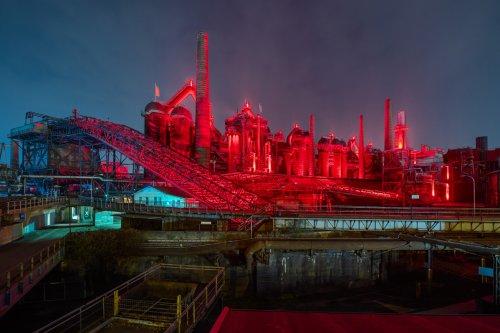 Weltkulturerbe Völklinger Hütte mit roter Beleuchtung