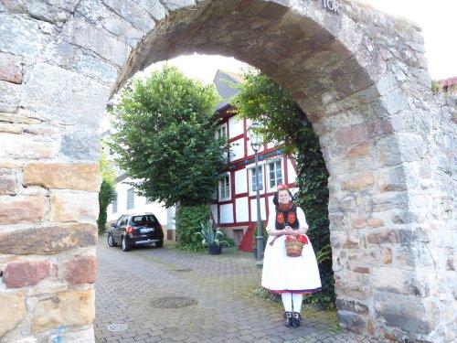 Rotkäppchen am Torbogen in Neukirchen