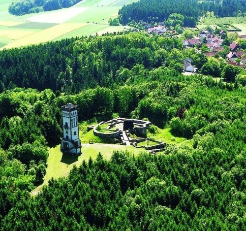 Luftaufnahme vom Eisenberg mit Burgruine und Aussichtsturm