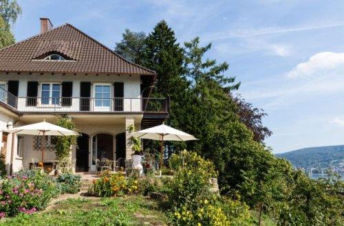 Westansicht des Hauses mit Garten und Museumscafé