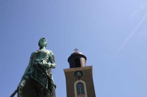 Tine vor Kirchturmspitze (St. Marien) am Marktplatz
