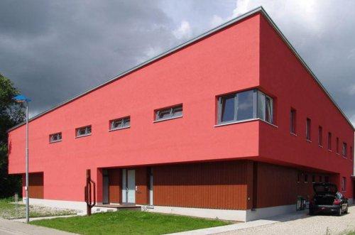 Galerie K in einem roten Gebäude, aus der 2-Fluchtpunktperspektive fotografiert