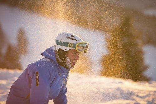 Skifahrer mit Pulverschnee