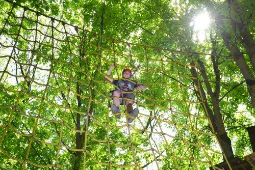 Kletterer im Spinnennetz im Kletterwald German Quest in Rotenburg- Braach