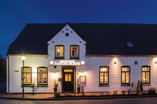 Das Restaurant Handelskrug in Oldenswort in der Abenddämmerung
