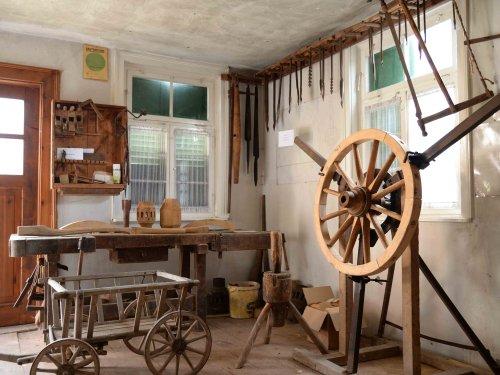 Innenansicht des Keltermuseums in Tübingen-Unterjesingen mit historischen Arbeitsgeräten