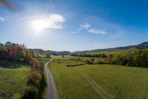 Blick über die hügelige Landschaft des Haseltals