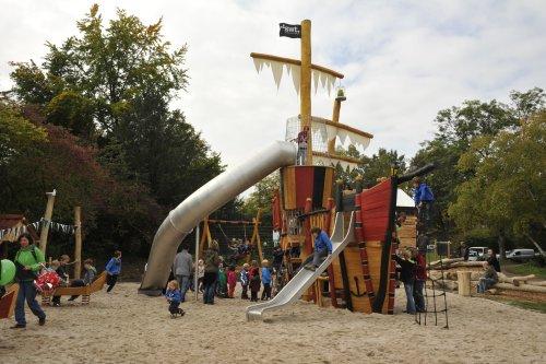 Eine große Spielplatzrutsche, die an ein Schiff erinnert.
