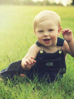 Baby im Gras