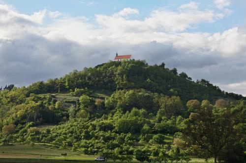 Auf einem bewaldeten Berg steht eine Kapelle