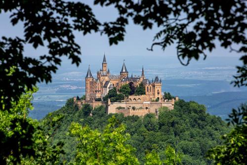 Burg Hohenzollern im Baumfenster