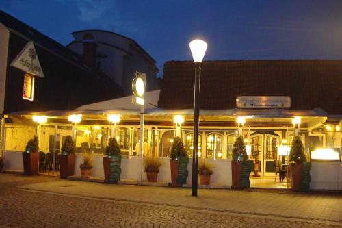 Das Restaurant Wiesendanger am abendlichen Husumer Hafen