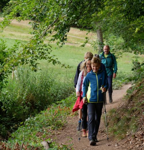 Familie wandert in der Lochbachklamm