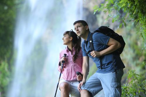 Wanderer vor dem Wasserfall