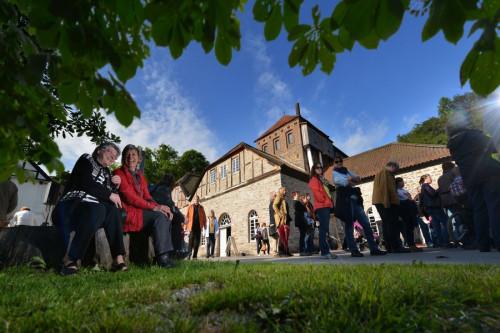 Außenansicht Luisenhütte mit Besuchern