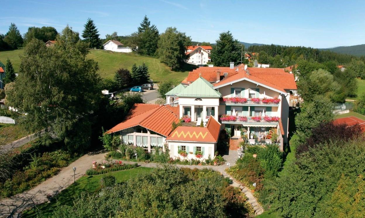 Blick auf das Feriengut Hotel Waldblick in St. Oswald am Nationalpark Bayerischer Wald