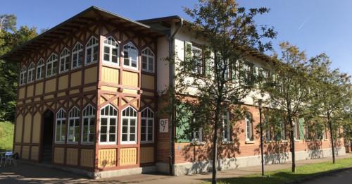 Albmaler Museum im Backsteingebäude im Alten Lager. Vor dem Gebäude stehen Bäume.