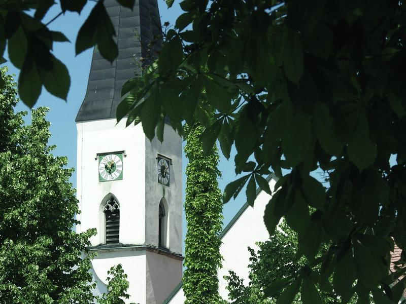 Am Fuße des Brotjacklriegel (1016 m), im Naturpark Bayerischer Wald, liegt der staatlich anerkannte Erholungsort Schöllnach (367-875 m).