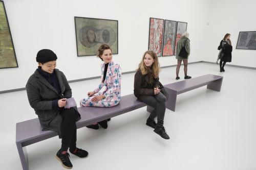 Junge Menschen sitzen auf einer Besucherbank in einem Ausstellungsraum der Kunsthalle Tübingen