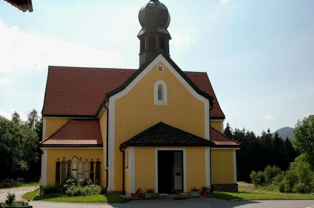 Blick auf die Wallfahrtskapelle Kolmsteiner Kircherl bei Arrach im Lamer Winkel