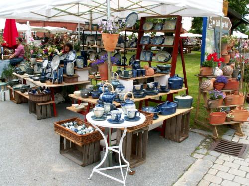 Bunte Auswahl an Keramik beim Lallinger Töpfermarkt