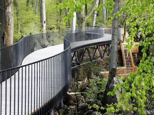 Die freischwebende Brücke über dem Felsenmeer bietet dem Besucher neue Blicke in das