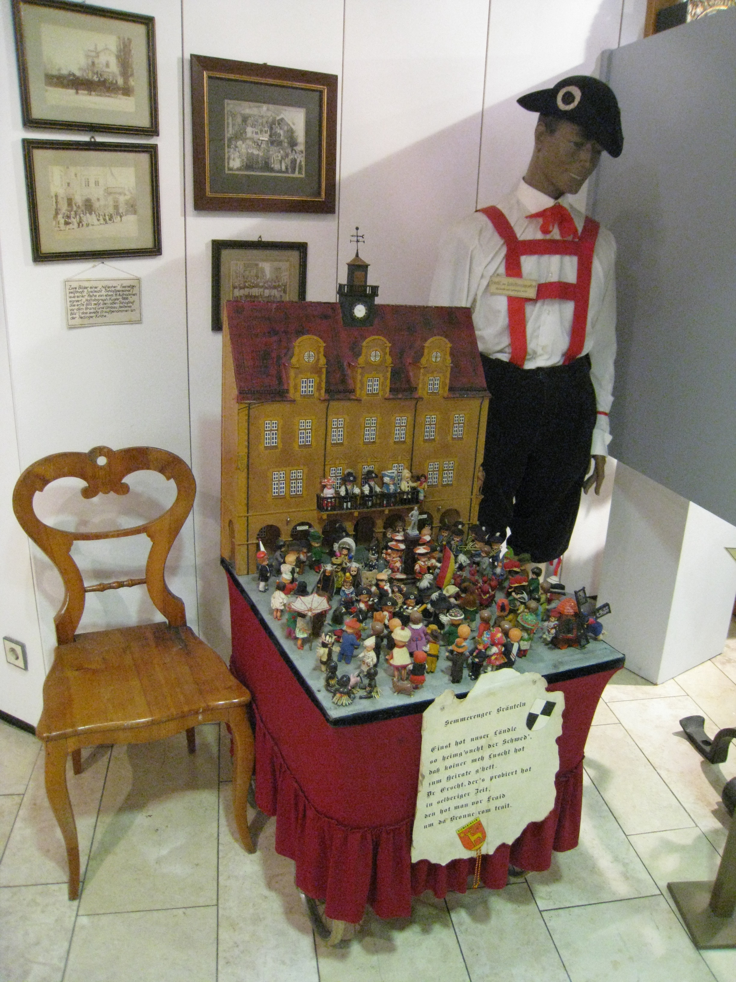 "Innenansicht Runder Turm. Darstellung des ""Historischen Bräutelns"" mit Bräutlingsgeselle und mobilem Puppenmodell."