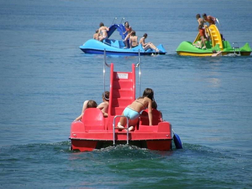 Bunte Tretboote mit Rutschen