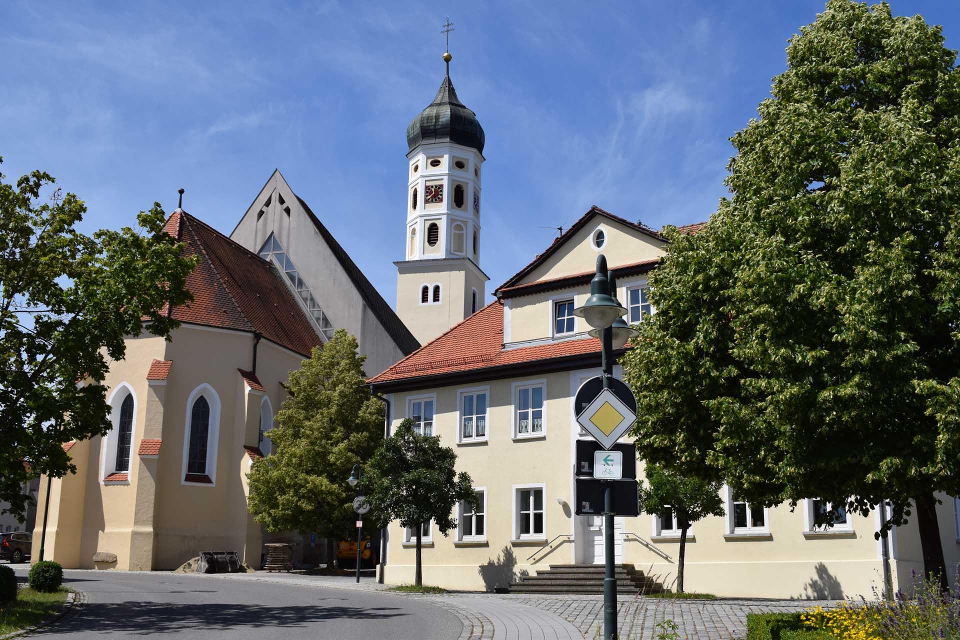 Ein Blick auf das barocke Rathaus oder auch die Pfarrkirche St. Maria Mater Dolorosa in Eberhardzell lohnen.