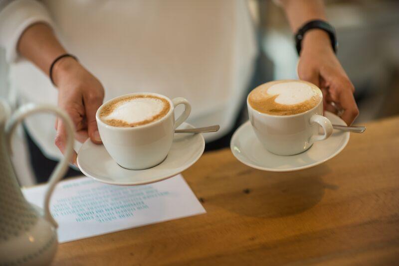 Frisch gebrühter Milchkaffee im Café Stadtkind