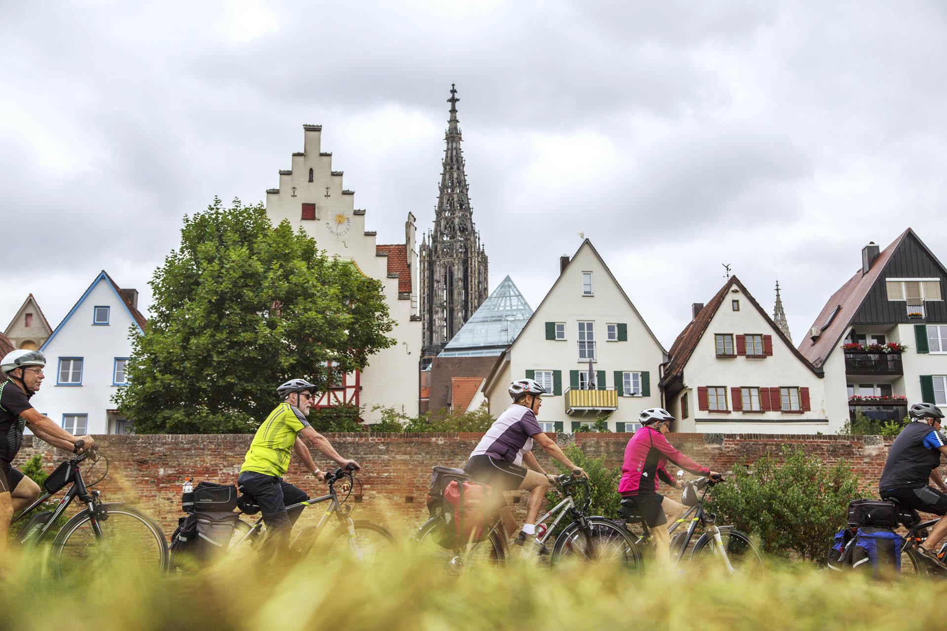 Radfahrer entlang der Donau in Ulm