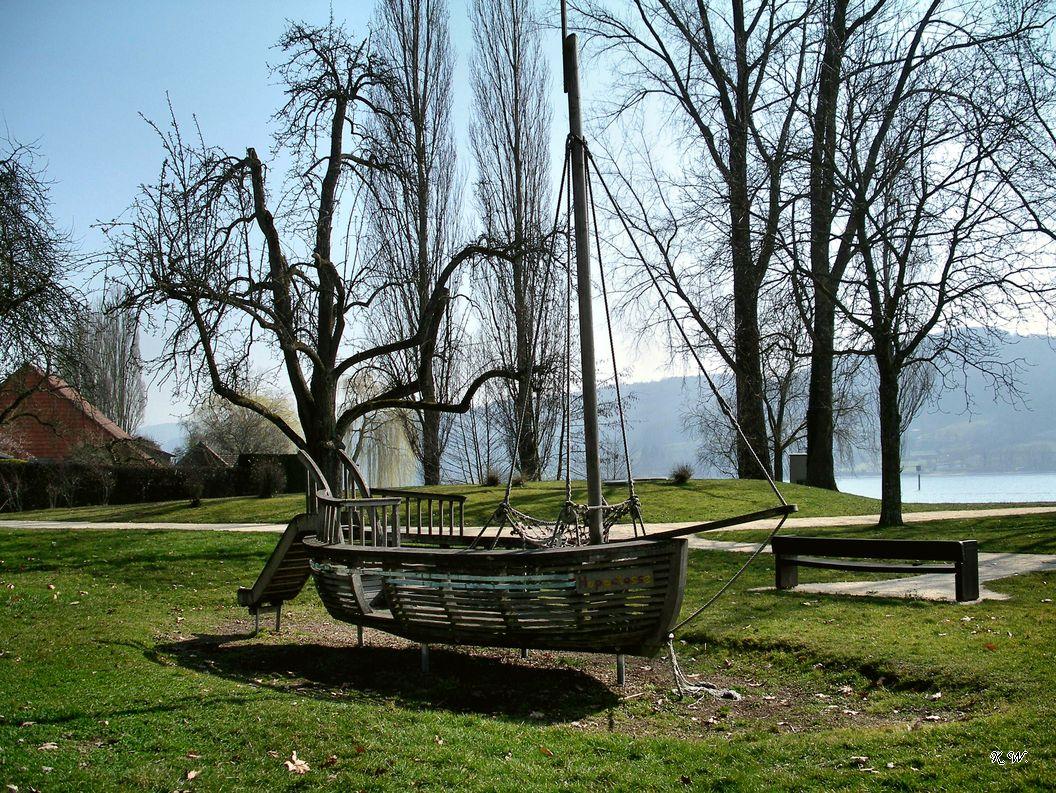 Spielschiff in Seenähe