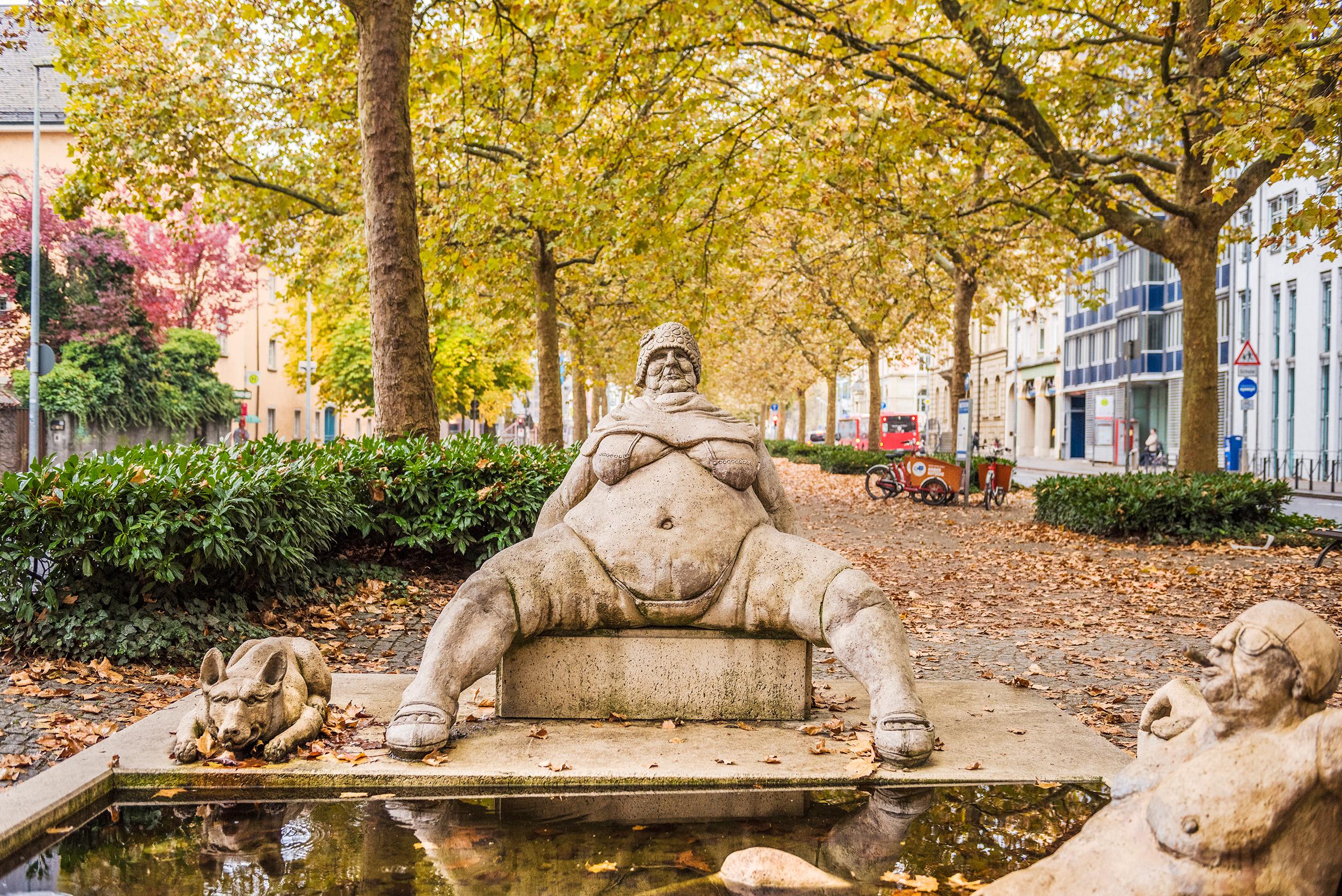 Skulptur des Lenk-Brunnens auf der Laube