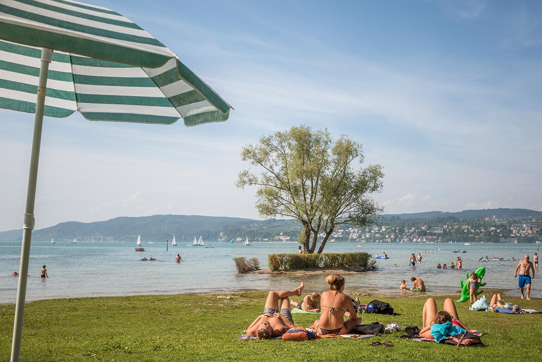 Sonnenbaden und schwimmen mit Bodenseepanorama