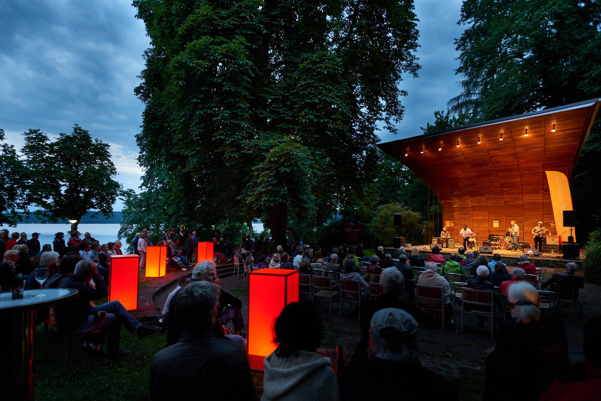Abendstimmung an der Konzertmuschel in Radolfzell am Bodensee