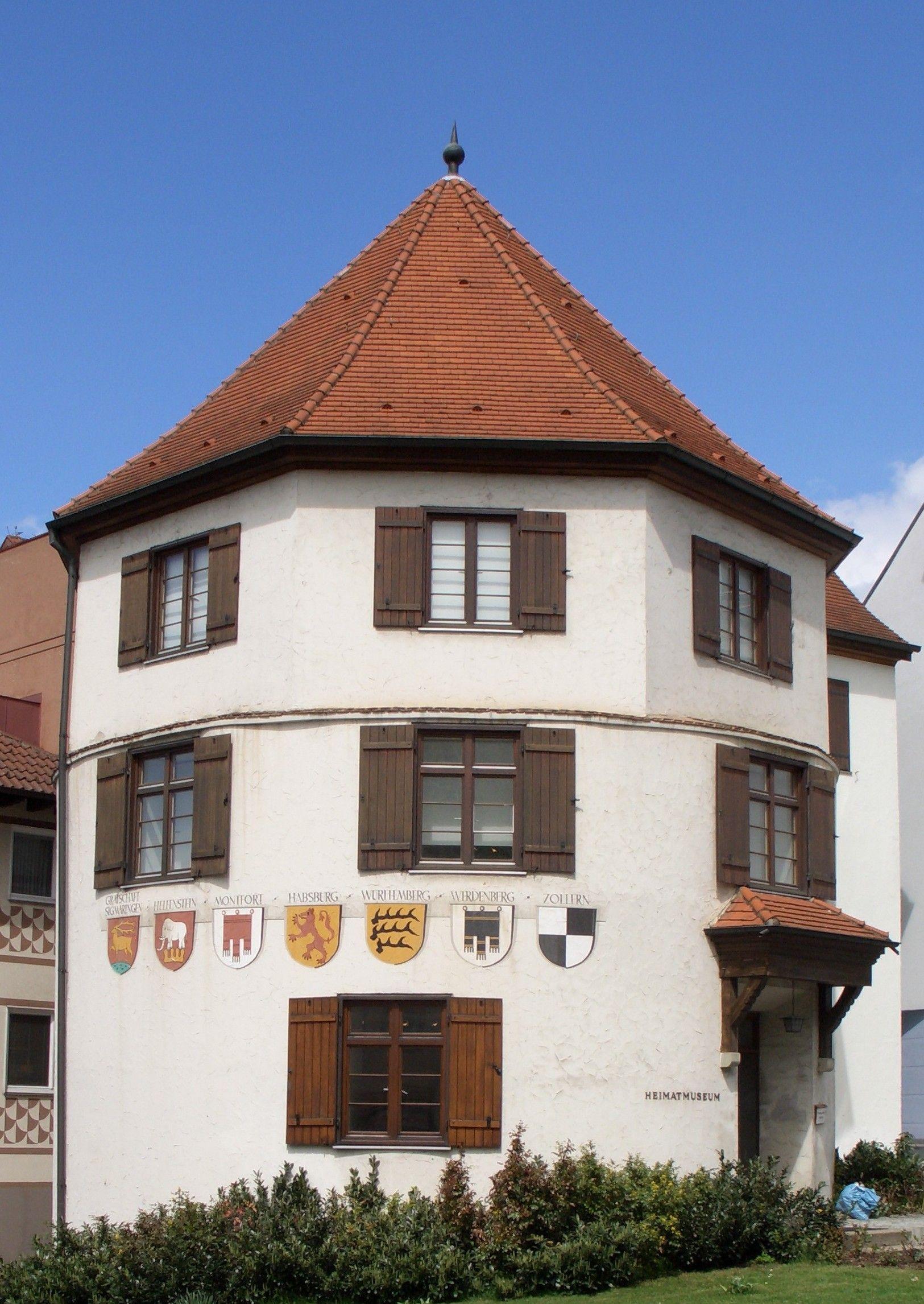 Der Runde Turm mit Wappenschildern der Besitzer von Schloss und Stadt Sigmaringen.