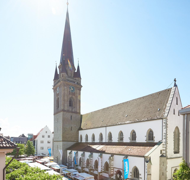 Blick auf Radolfzeller Münster und Wochenmarkt