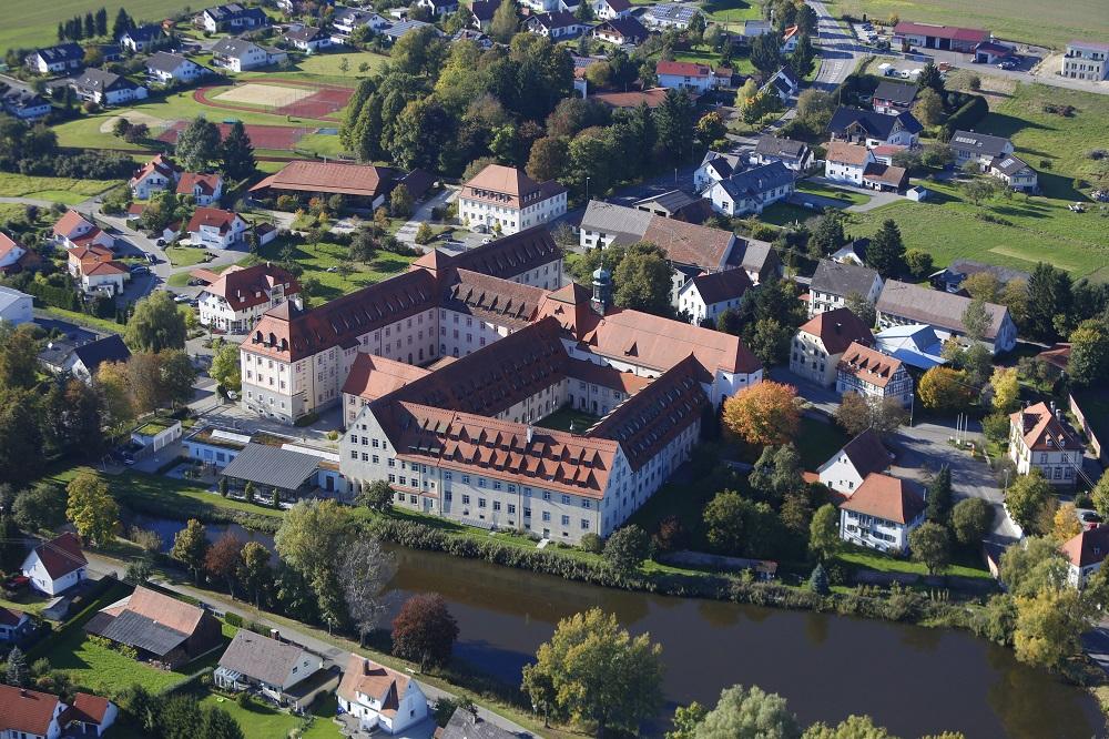 Luftbild der Klosteranlage am Weiher