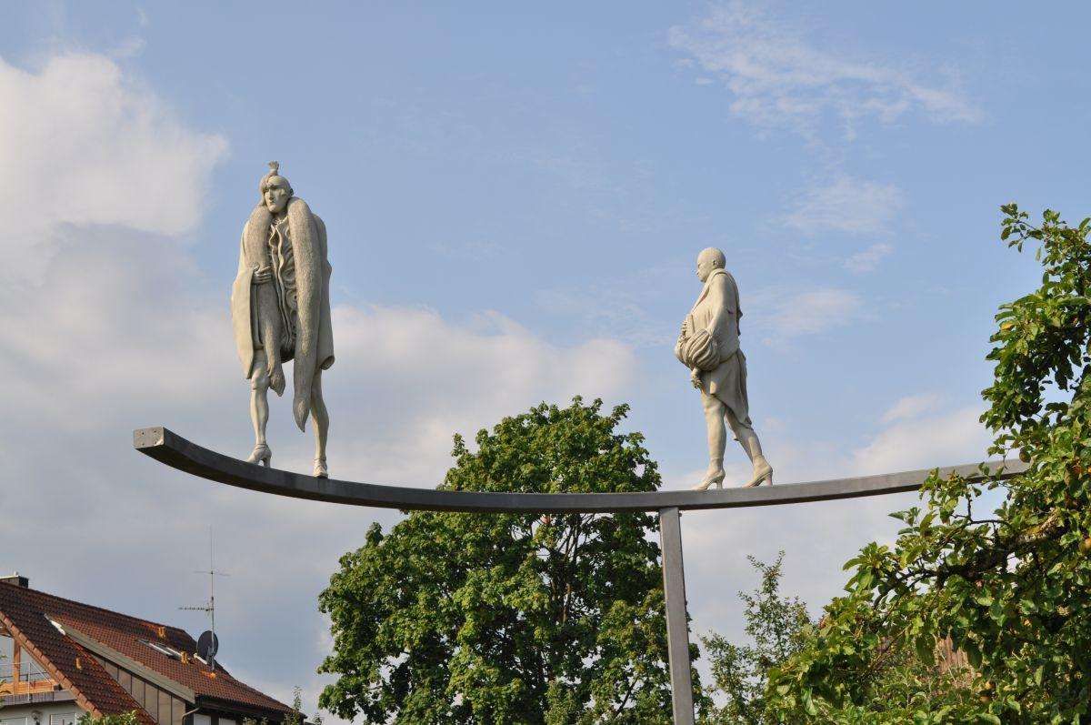 Paradiesvögel aus dem Werk Großstadt-Triptychon des Künstlers Peter Lenk als Wegweiser zum Museum Haus Dix