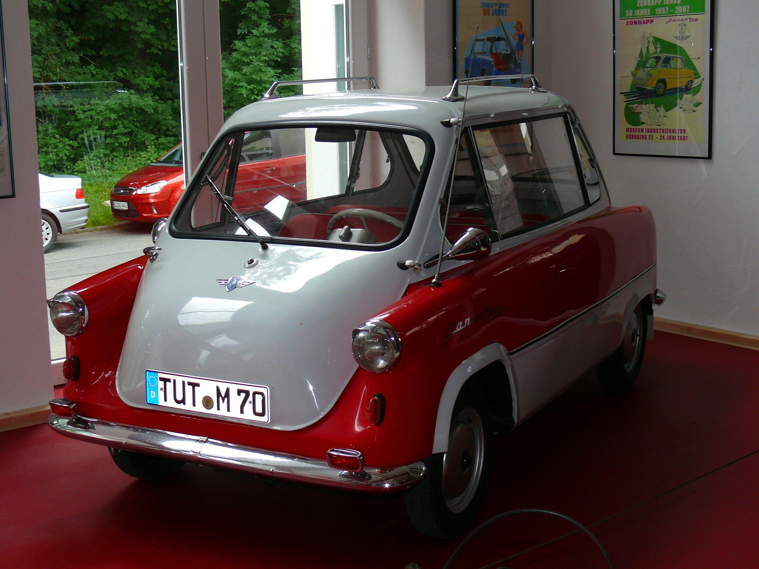 """Der legendäre """"Janus"""" von Zündapp - ein Auto, in das man vorne und hinten einsteigen kann."""