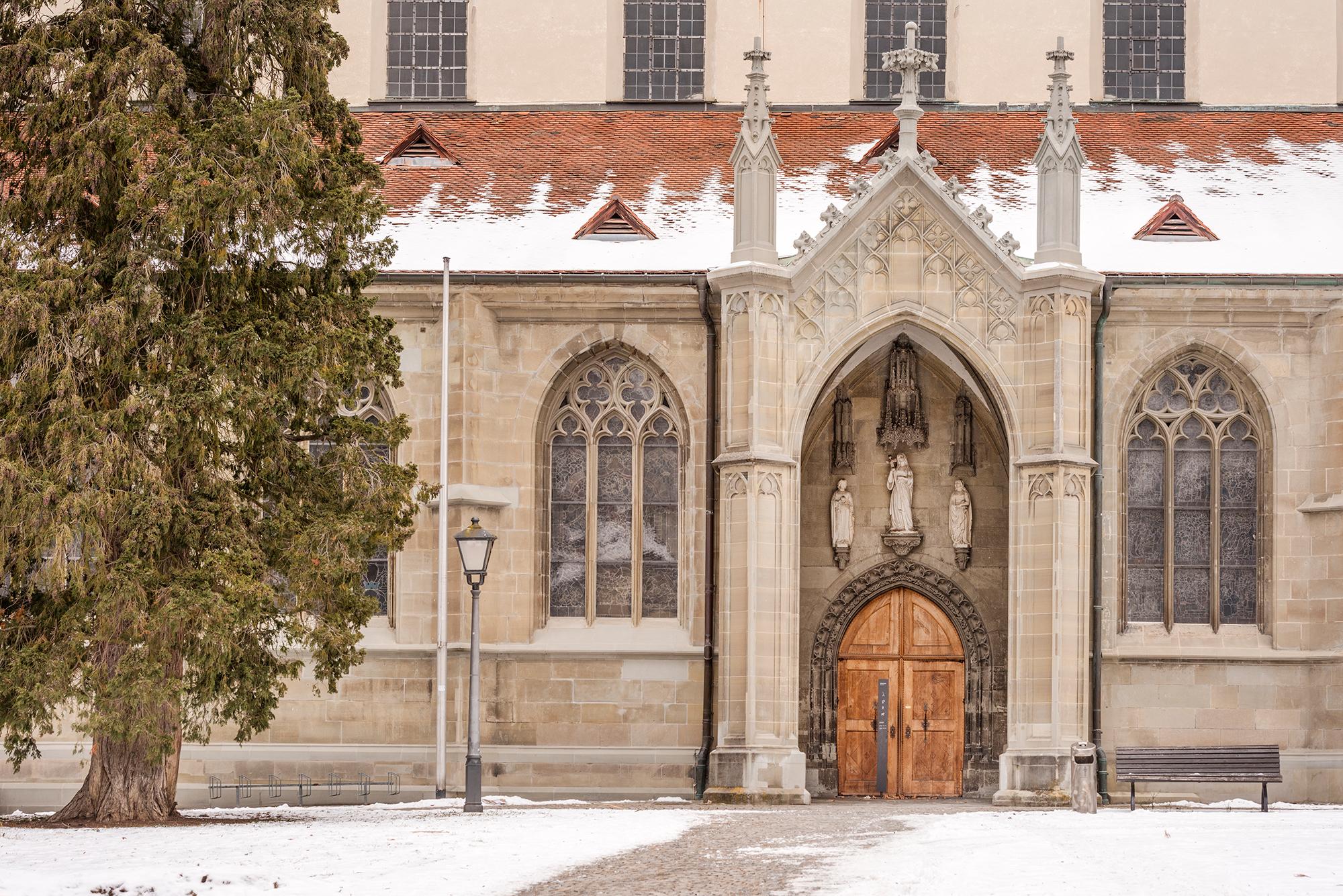 Der Nebeneingang des Münsters begrüßt seine BesucherInnen